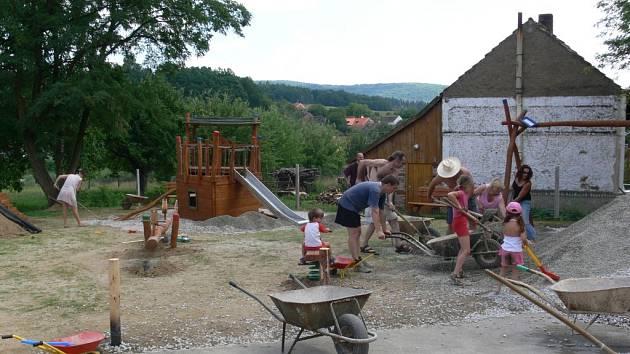 Poslední pracovní sobota na hřišti Sokolovna v Chudenicích, které bude slavnostně otevřeno již o tomto víkendu.