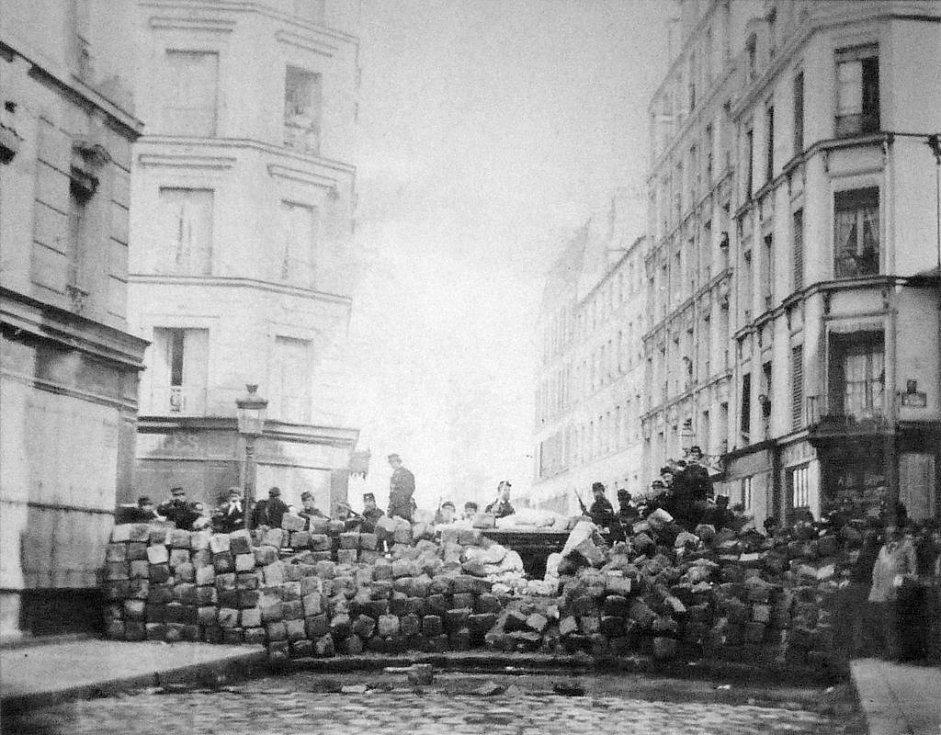 Barikády v ulici Rue Sedaine