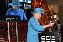 Alžběta II. na otevření výstavy o informační éře v londýnském vědeckém muzeu.