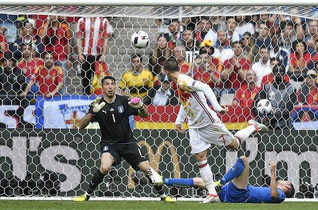 Italský gólman Buffon udržel čisté konto, poradil si i s nebezpečnou hlavičkou Moraty (na snímku).