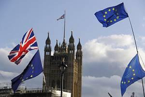 Vlajky EU a Británie, v pozadí budova britského parlamentu - ilustrační foto