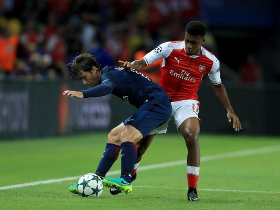 Maxwell z Paris St. Germain (vlevo) a Alex Iwobi z Arsenalu.