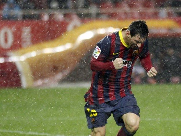 Promočený kanonýr Barcelony Lionel Messi slaví gól proti Seville.