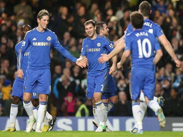 Fotbalisté Chelsea se radují z gólu Branislava Ivanoviče (uprostřed) proti Aston Ville.