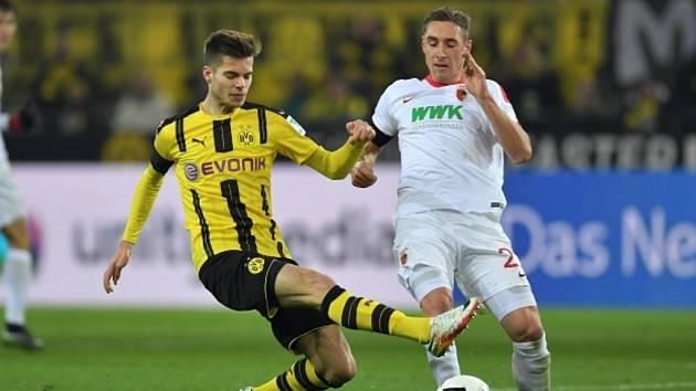 Julian Weigl z Dortmundu (vlevo) a Dominik Kohr z Augsburgu.
