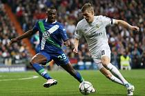 Toni Kroos z Realu Madrid (vpravo) a Josuha Guilavogui z Wolfsburgu.