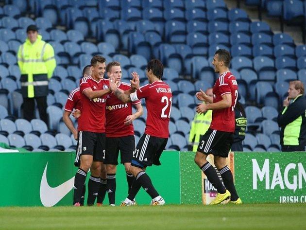 Fotbalisté Legie Varšava se radují z gólu proti Celtiku.