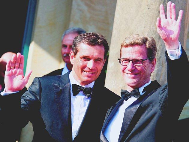 Německý ministr Guido Westerwelle (vpravo) se vztahem se svým přítelem Michaelem Mrozem (vlevo) nijak netají.