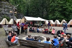 Děti na skautském táboře. Ilustrační foto