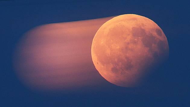 Částečné zatmění Měsíce zaznamenané dlouhou expozicí
