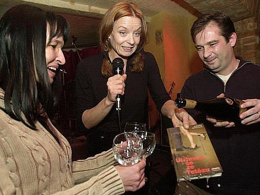 Policie obvinila manžela spisovatelky Simony Monyové z vraždy. Soud zároveň rozhodl o jeho vzetí do vazby. Žena byla ubodána v Brně. Na snímku z 19. listopadu 2003 je Monyová vlevo a její manžel Boris Ingr vpravo.