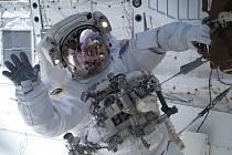 Američtí astronauti Rick Mastracchio a Clayton Anderson (na snímku) z raketoplánu Discovery připojenému k Mezinárodní vesmírné stanici (ISS) vystoupili do volného prostoru.