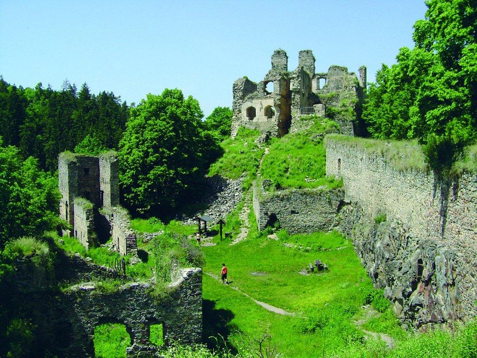 Zřícenina gotického hradu Dívčí Kámen je jednou z nejdochovanějších a nejrozsáhlejších středověkých památek v České republice.