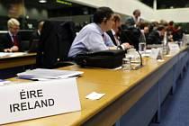 Irský ministr zahraničí Michael Martin (jehož jednací místo je na fotografii) na včerejším jednání šéfů diplomacií zemí EU v Lucemburku žádné řešení současné krize nenabídl.