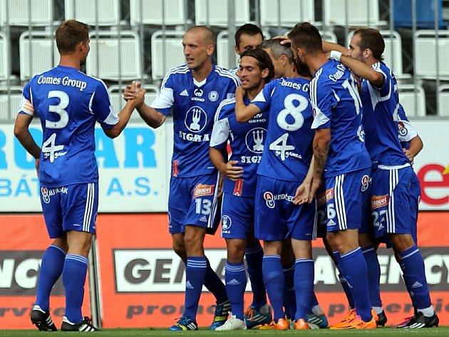 Fotbalisté Olomouce se radují z gólu proti Frýdku-Místku.