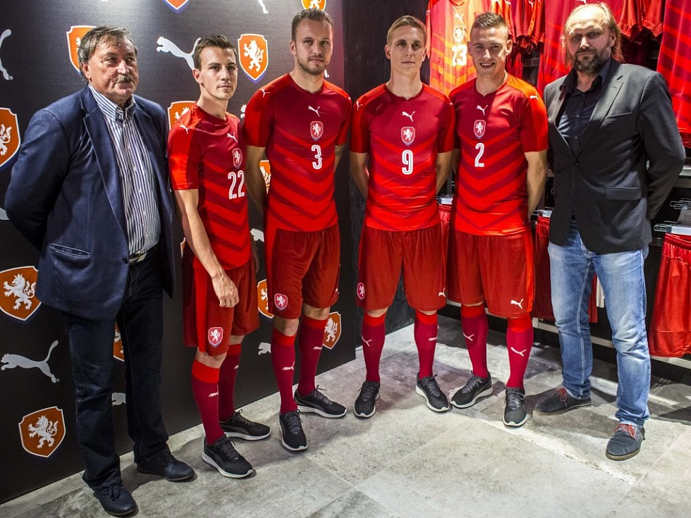 Čeští fotbalisté v nových dresech, ve kterých se představí na Euru 2016.