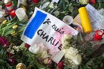 Ozbrojenci v sídle listu a v jeho bezprostředním okolí ve východní části francouzské metropole atentátníci postříleli 12 lidí. Pietní místo.
