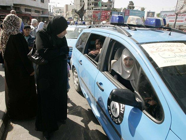 Policejní vozy začaly v Gaze fungovat jako taxíky, a zadarmo.