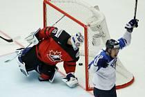 Puk je v kanadské síti, finský hokejista Kasperi Kapanen se raduje.