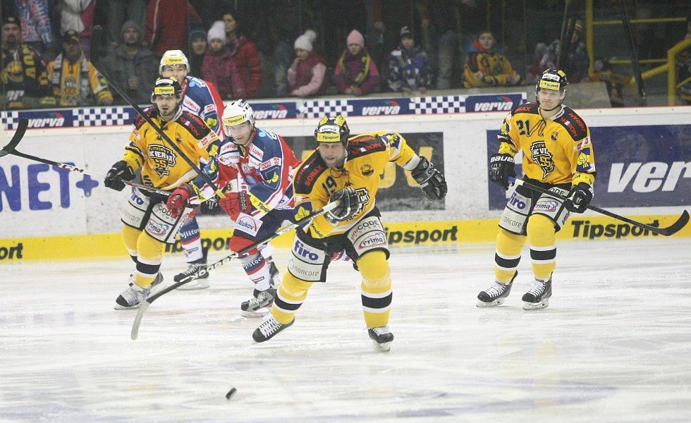 Opora Litvínova Jiří Šlégr (uprostřed) sprintuje za pukem proti Pardubicím.