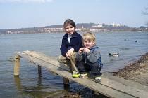 Honzík Rokos a Nikolka během rodinného výletu na Hluboké.