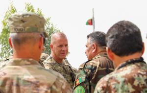 Americký generál Jeffrey Smiley (uprostřed)