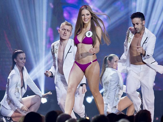 Na snímku finalistka sčíslem 9Karolína Mališová při promenádě vplavkách.