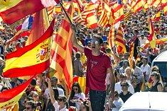 Lidé mávají španělskými i katalánskými vlajkami.