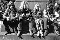 Členové skupiny Led Zeppelin a zpěvák Sandy Denny na snímku z roku 1970. Zleva jsou John Bonham, Robert Plant, Denny a Jimmy Page