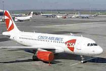 Nejméně do pondělního poledne zůstane vzdušný prostor nad pražským letištěm Ruzyně i celou republikou uzavřen kvůli sopečnému prachu z Islandu.  Letounům odstaveným na ploše letiště technici zakryli motory proti znečištění.