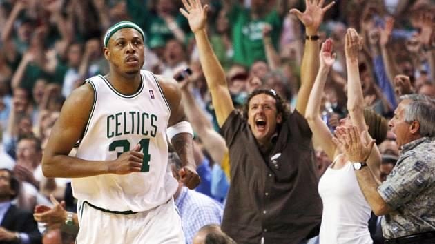 Fanoušci oslavují koš Paula Pierce (na snímku) těsně před koncem prodloužení. Boston v něm porazil Chicago.