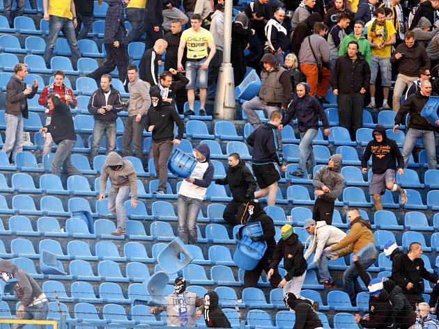 Nepokoje v hledišti na Bazalech při utkání Baníku se Spartou.