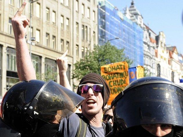 Policisté oddělují anarchisty (v pozadí) od příznivců krajně pravicové Dělnické strany sociální spravedlnosti, jejichž průvody se setkaly 1. května v dolní části Václavského náměstí v Praze.
