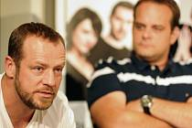 V Hovorech o štěstí si zahrají (zleva) Filip Blažek a Roman Štabrňák.