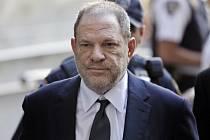 Harvey Weinstein přichází k soudu