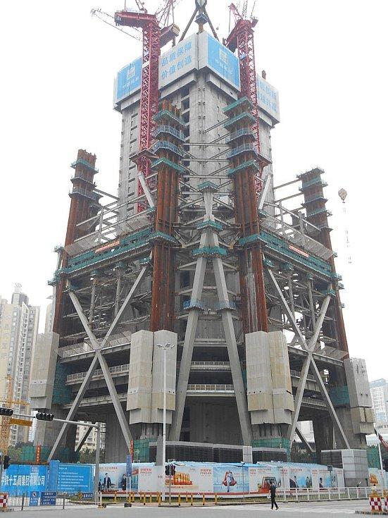 Věž Ping An v čínském Šen-čenu je zejména centrem obchodu. Je tak vysoká, že se řešila bezpečnost letadel na blízké letové trase. Snímek pochází z doby stavebních prací, konkrétně roku 2013..