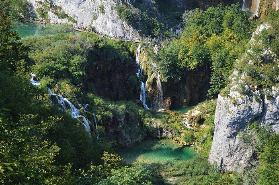 Krásné vodopády, krasové skály. To je chorvatský národní park Plitvická jezera.