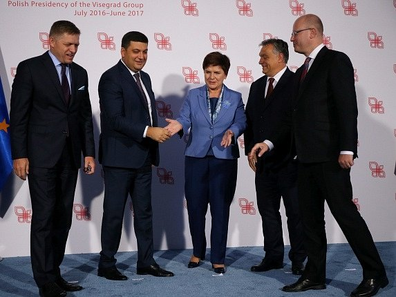 Premiéři V4 v prohlášení zdůraznili podporu územní celistvosti Ukrajiny a potvrdili politiku neuznání protiprávní anexe Krymu ze strany Ruska.