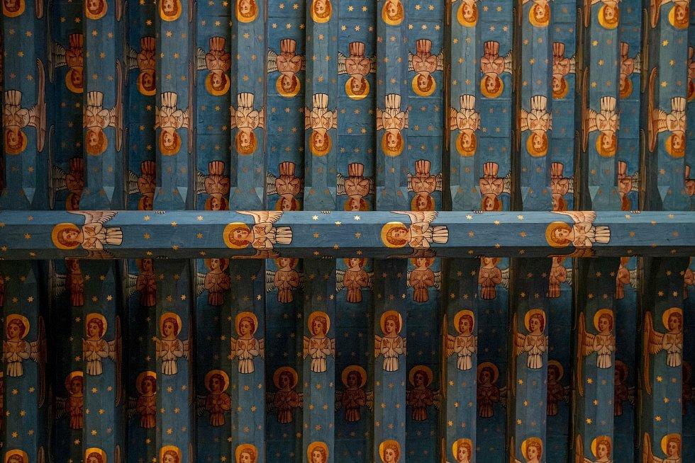 Trámový strop od Josefa Mockera v kostele Nanebevzetí Panny Marie.