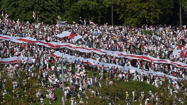 V běloruském Minsku protestují desítky tisíc lidí.