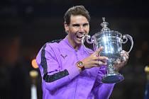 Rafael Nadal s trofejí pro vítěze US Open