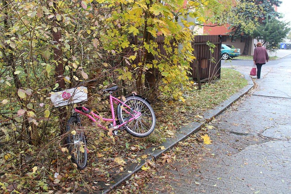 Lidé občas ponechávají růžová kola na nevhodných místech.