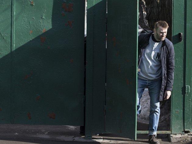 Ruský opoziční předák Alexej Navalnyj dnes opustil vězení poté, co si odpykal patnáctidenní trest uložený za narušení veřejného pořádku.