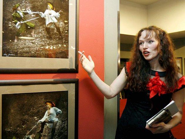 Sára Saudková na zahájení výstavy svých fotografií v divadle Hybernia.