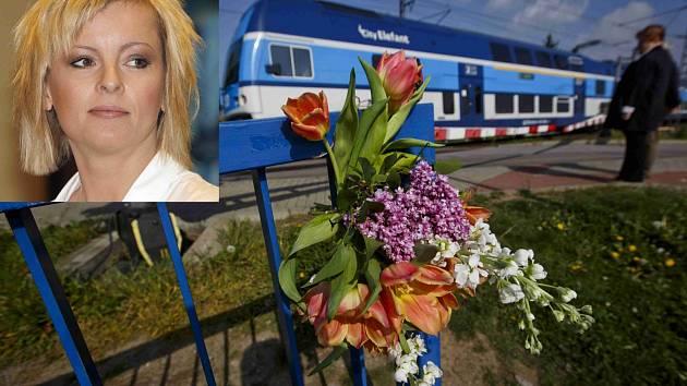 Na místo, kde došlo k tragédii, přinášejí lidé květiny.