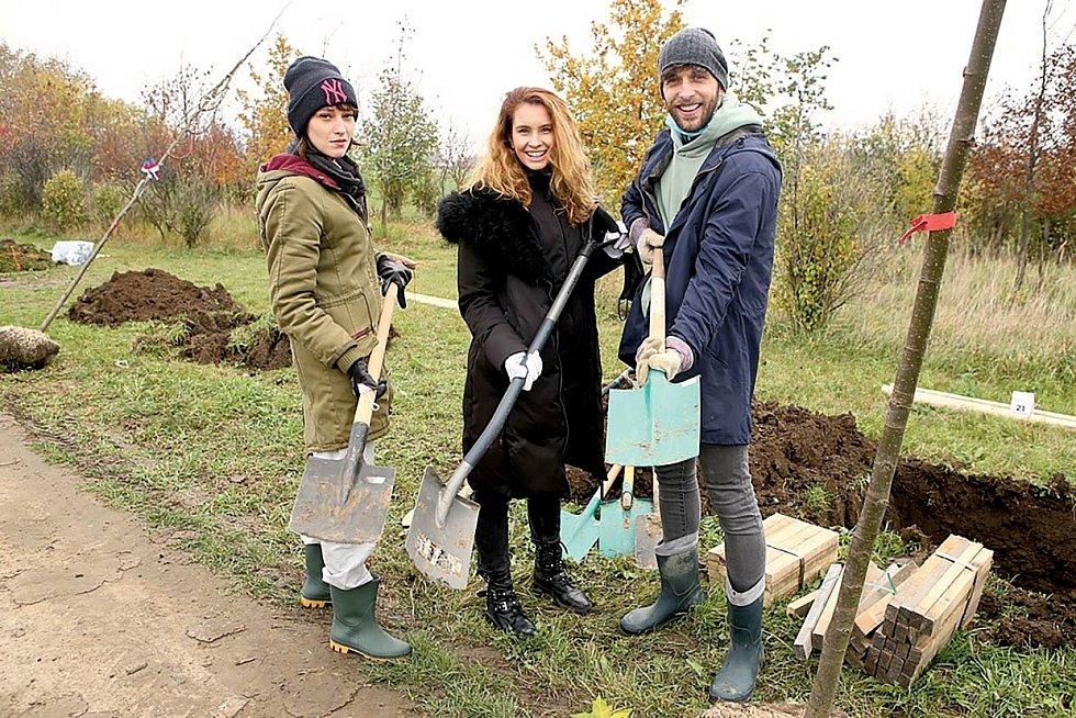 S kolegy ze seriálu Slunečná Denisou Nesvačilovou a Romanem Tomešem sázeli na podzim stromy k výročí sametové revoluce.