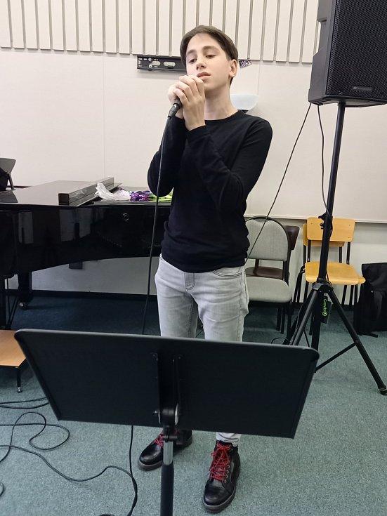 Letošní školní rok byl pro patnáctiletého Tengize Khizanishviliho, který se zhruba od svých sedmi let věnuje zpěvu, poslední rok pak i hraní na klavír, přelomový