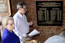 Bývalá americká ministryně zahraničních věcí Madeleine Albrightová dnes v kolumbáriu v Terezíně odhalila pamětní desku své rodině.