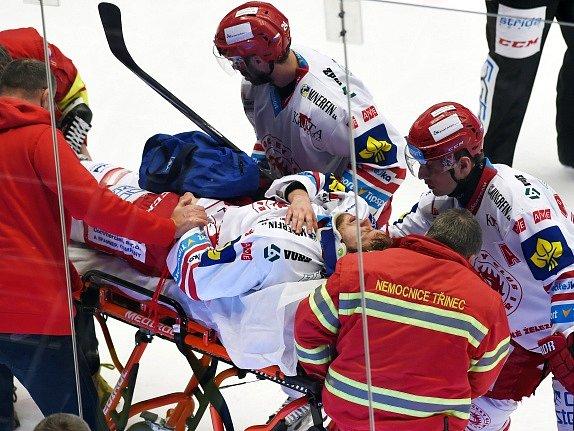 Třinec - Karlovy Vary: Zranění. Na nosítkách Ján Sykora