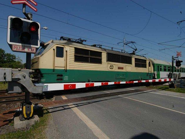 Jedoucí vlak, železniční přejezd.